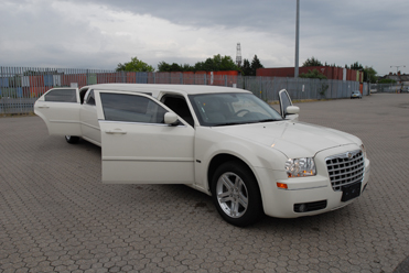 WHITE CHRYSLER 300 - Up to 8 Pass